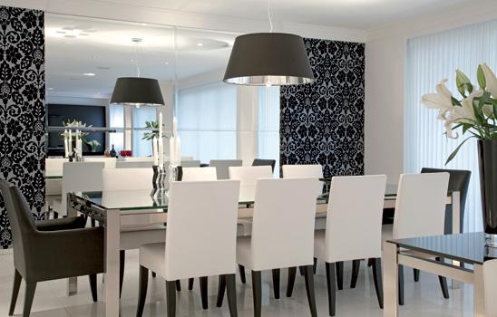 sala de jantar com parede espelhada